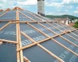 Układanie membrany dachowej